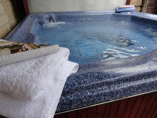 Fulbeck Gardens Cottage hot tub